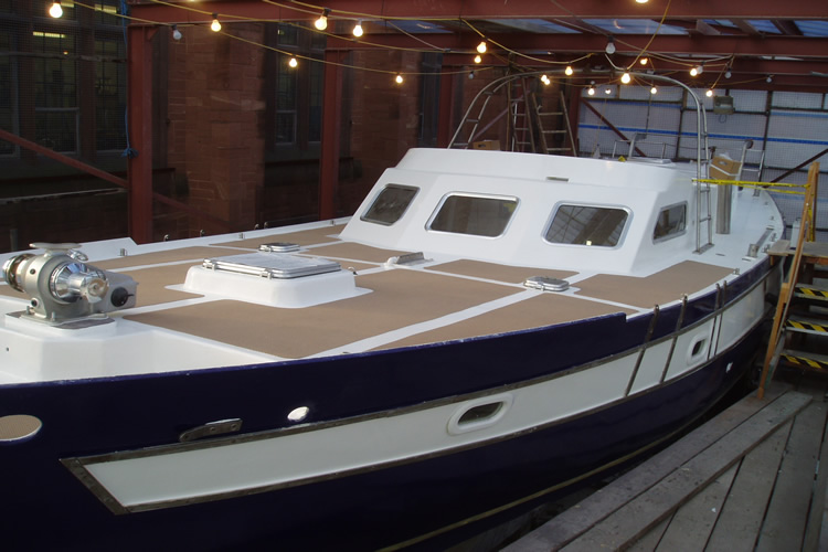 boat-fitting-the-non-slip-surfaces