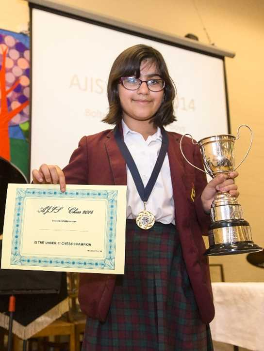 U11 winner Amerleen Hundle with her trophy and certificate