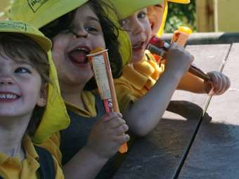 Enjoying ice lollies in the sun (6)