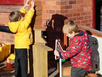 Tweenies building structures together