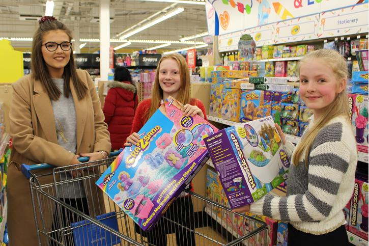 Y7 buying toys for Mission Christmas 2016