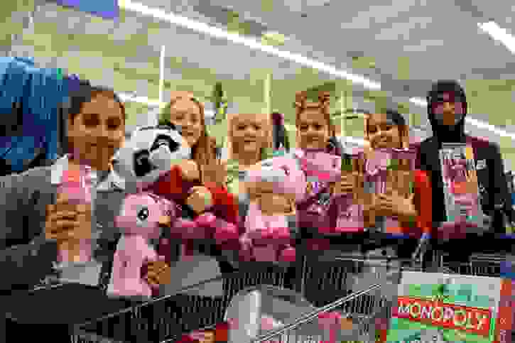 Y7 buying toys for Mission Christmas 2016 (4)