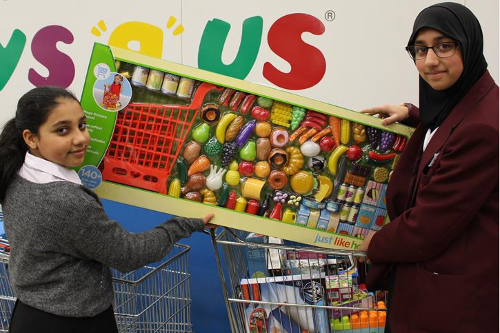 Y7 buying toys for Mission Christmas 2016 (2)