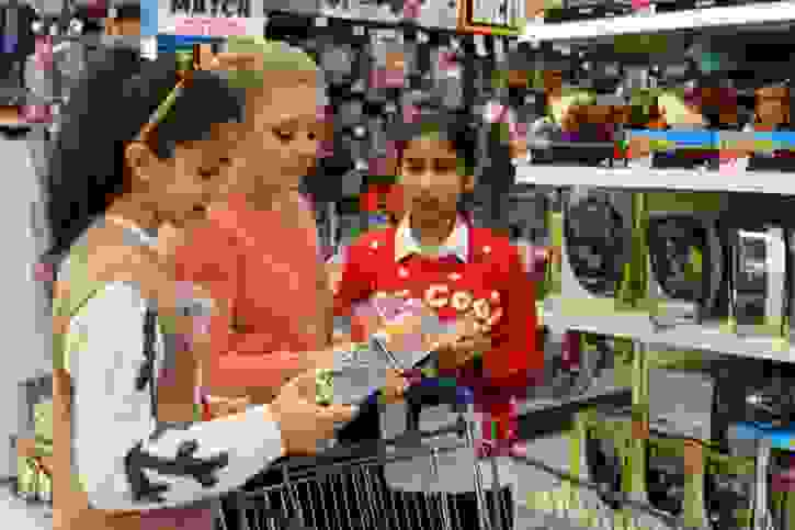 Y7 buying toys for Mission Christmas 2016 (1)
