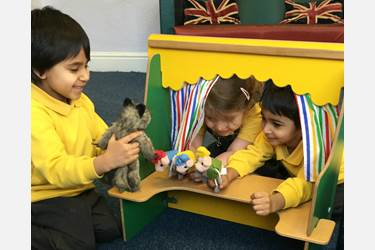 3 Little Pigs - Children act out the story as a puppet show
