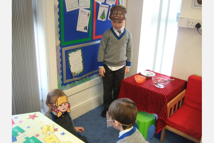 Traditional Tales - Goldilocks in the 3 Bears' House