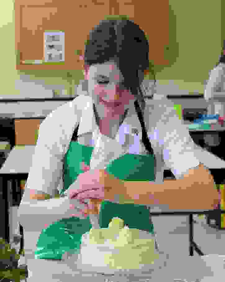 Bake Off 2017 Yasmin piping buttercream icing