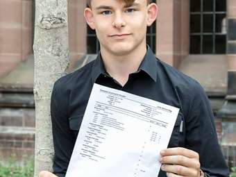 BD GCSE Results Day Worsley boy KKP-000491